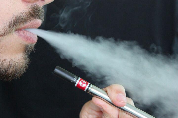 Voyager avec sa cigarette électronique : comment aborder la vape en Angleterre
